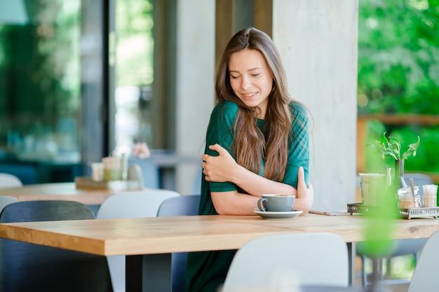 Mulher jovem, em, café ao ar livre