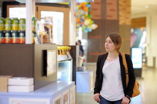 Mulher jovem, em, centro comercial, /, centro