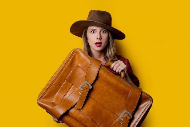 Mulher jovem, em, chapéu, com, mala