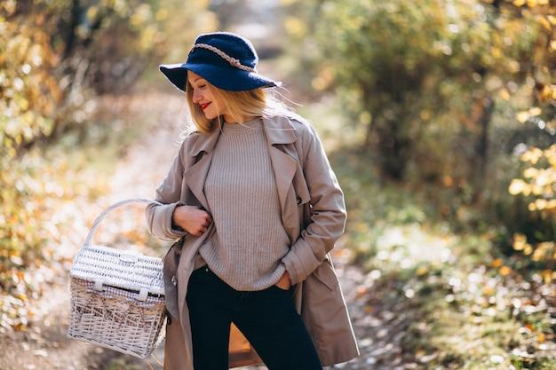 Mulher jovem, em, chapéu, em, um, outono, parque