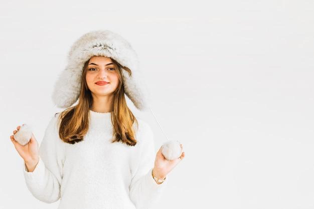 Mulher jovem, em, chapéu pele, e, suéter