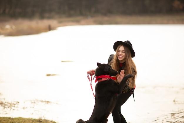 Mulher jovem, em, chapéu preto, divertimento, com, dela, cão