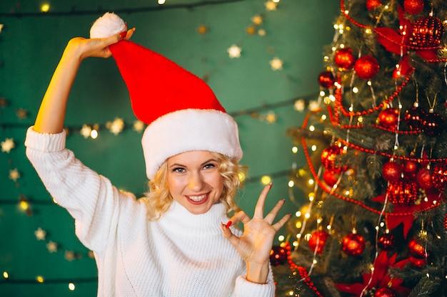 Mulher jovem, em, chapéu santa, ligado, natal