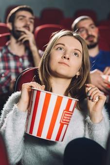 Mulher jovem, em, cinema Foto gratuita