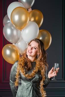 Mulher jovem, em, cinzento, com, vidro champanha