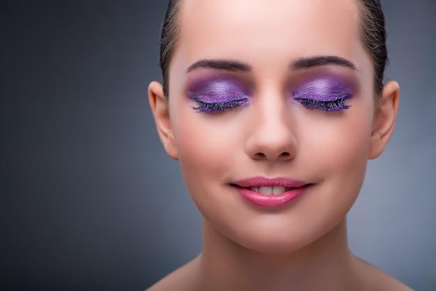 Mulher jovem, em, conceito beleza, com, agradável, maquiagem