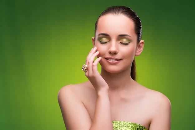 Mulher jovem, em, conceito beleza, ligado, verde