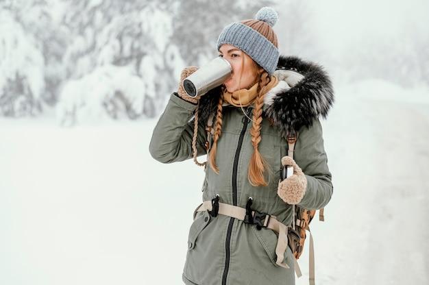 Mulher jovem em dia de inverno