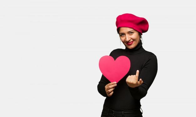 Mulher jovem, em, dia dia valentines, convidando, para, venha