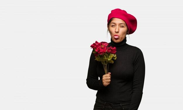 Mulher jovem, em, dia valentines, funnny, e, amigável, mostrando, língua