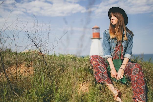 Mulher jovem em estilo boêmio no campo