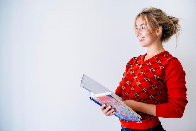 Mulher jovem, em, estúdio, com, livro, e, caderno