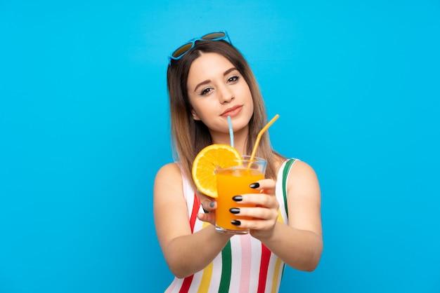 Mulher jovem, em, férias verão, sobre, experiência azul, com, coquetel