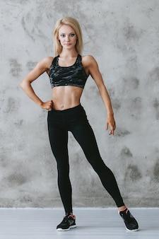 Mulher jovem em forma em roupas esportivas