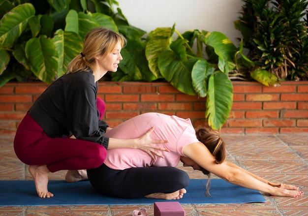Mulher jovem em forma ensinando ioga