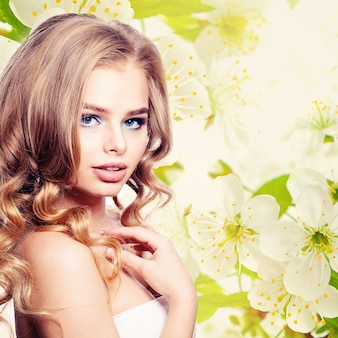 Mulher jovem em fundo floral de primavera