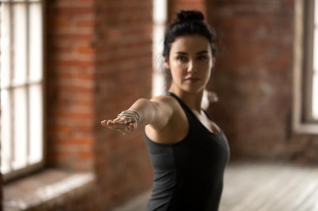 Mulher jovem, em, guerreiro, ii, pose, cima