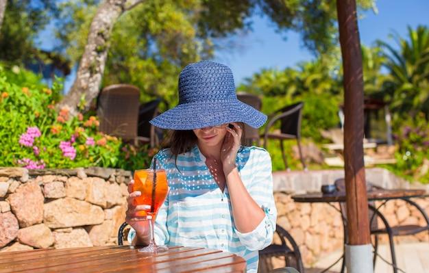 Mulher jovem, em, hatin, café tropical, perto, piscina