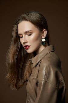 Mulher jovem em jaqueta de couro