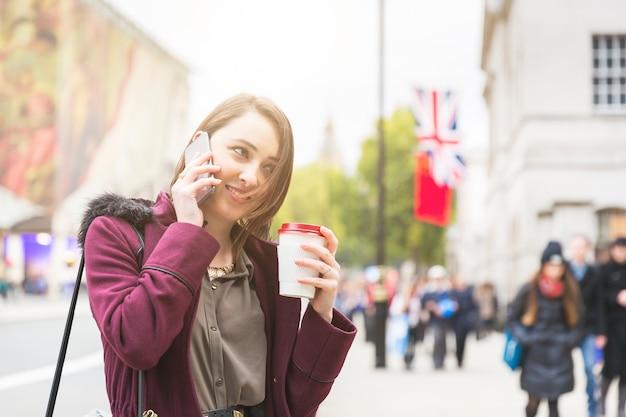 Mulher jovem, em, londres, conversa telefone