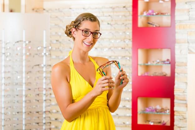 Mulher jovem, em, oculista, com, óculos