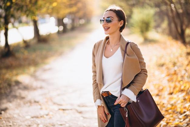 Mulher jovem, em, outono, parque