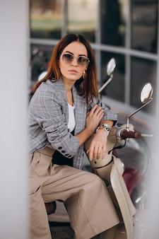 Mulher jovem, em, paleto, ficar, por, a, scooter