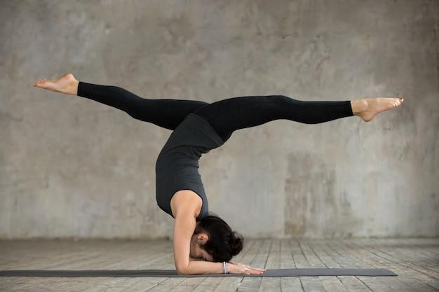 Mulher jovem, em, pose handstand