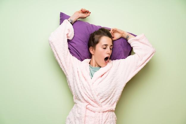 Mulher jovem, em, pyjama, bocejar