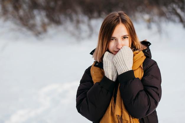 Mulher jovem, em, roupas inverno, aquecer, mãos