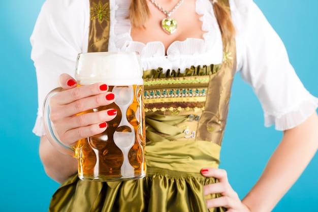 Mulher jovem em roupas tradicionais - dirndl ou tracht