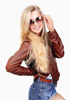 Mulher jovem, em, shorts jeans, e, jaqueta couro