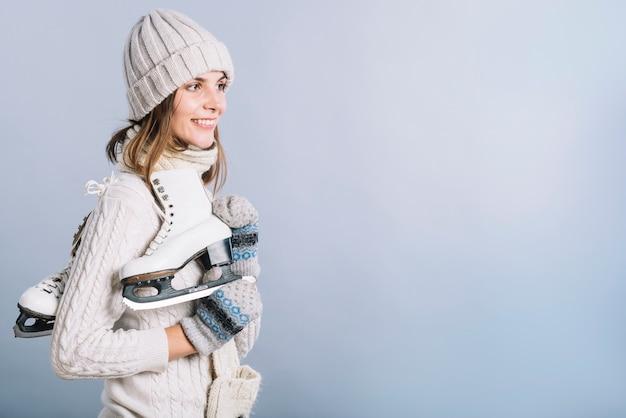 Mulher jovem, em, suéter, com, patins