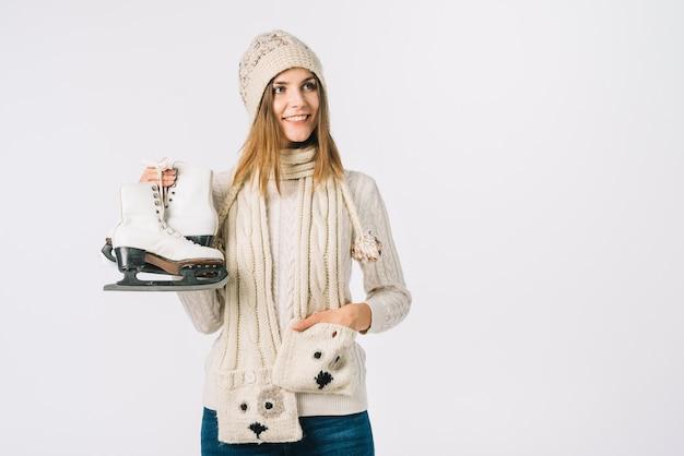 Mulher jovem, em, suéter, segurando, patins