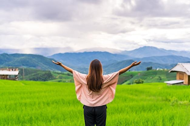 Mulher jovem em terraços de arroz verde