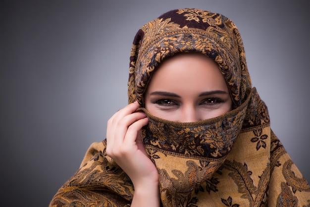 Mulher jovem, em, tradicional, muçulmano, roupa