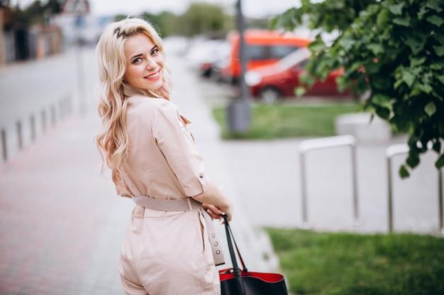 Mulher jovem, em, trendy, cor-de-rosa, global