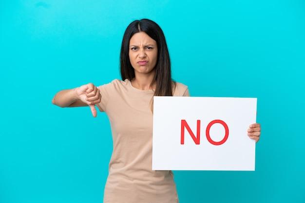 Mulher jovem em um fundo isolado segurando um cartaz com o texto não
