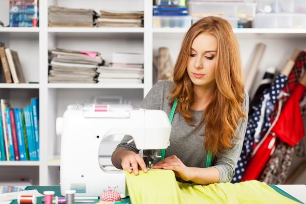 Mulher jovem, em, um, máquina de costura