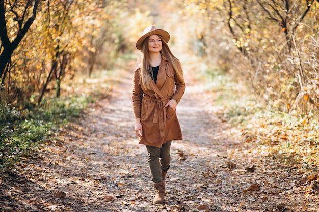 Mulher jovem, em, um, outono, parque