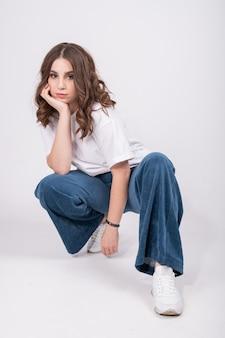 Mulher jovem em um terno elegante e aconchegante feito de tecidos naturais. conceito de guarda-roupa cápsula desperdício zero