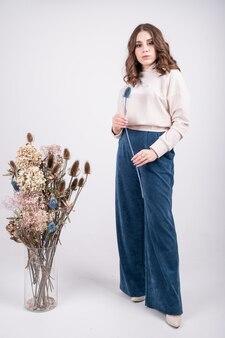 Mulher jovem em um terno elegante e aconchegante feito de tecidos naturais