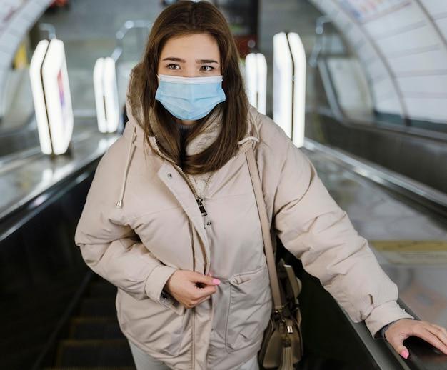 Mulher jovem em uma estação de metrô