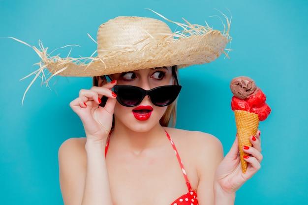 Mulher jovem, em, vermelho, biquíni, e, chapéu palha, com, sorvete