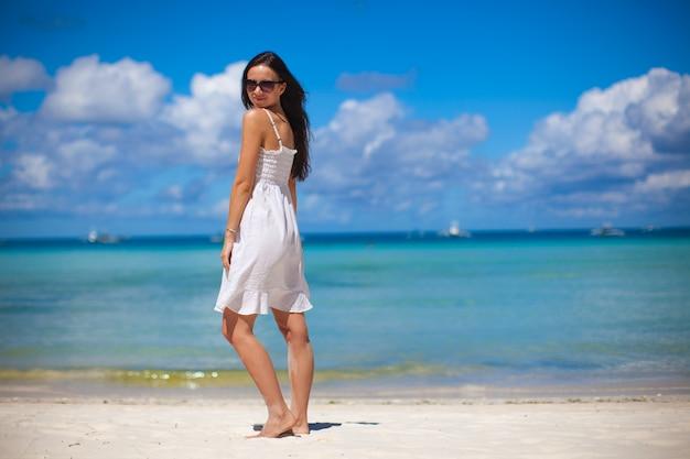 Mulher jovem, em, vestido branco, desfrute, a, praia, férias