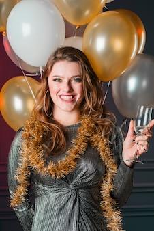 Mulher jovem, em, vestido cinzento, com, vidro champanha
