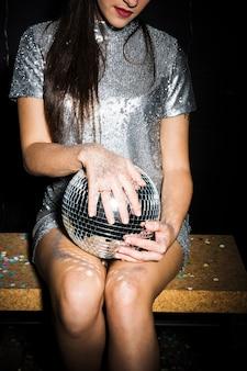 Mulher jovem, em, vestido, com, bola discoteca