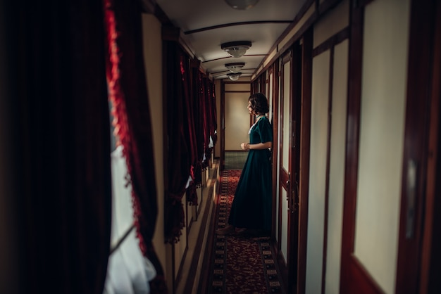 Mulher jovem em viagem, compartimento de trem vintage