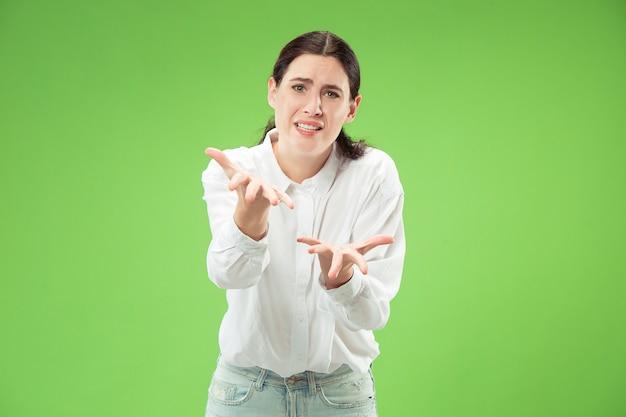 Mulher jovem emocionalmente surpresa, frustrada e desnorteada