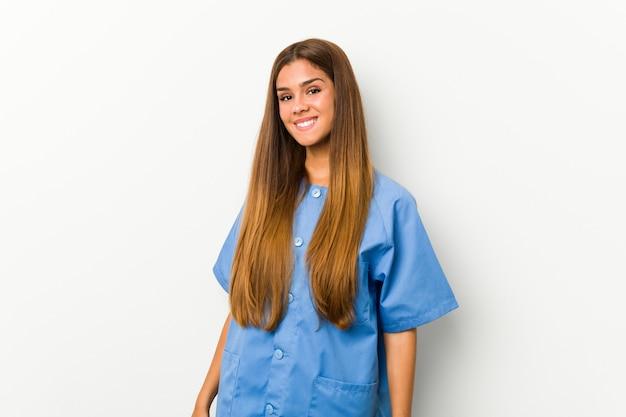 Mulher jovem enfermeira caucasiana feliz, sorridente e alegre.
